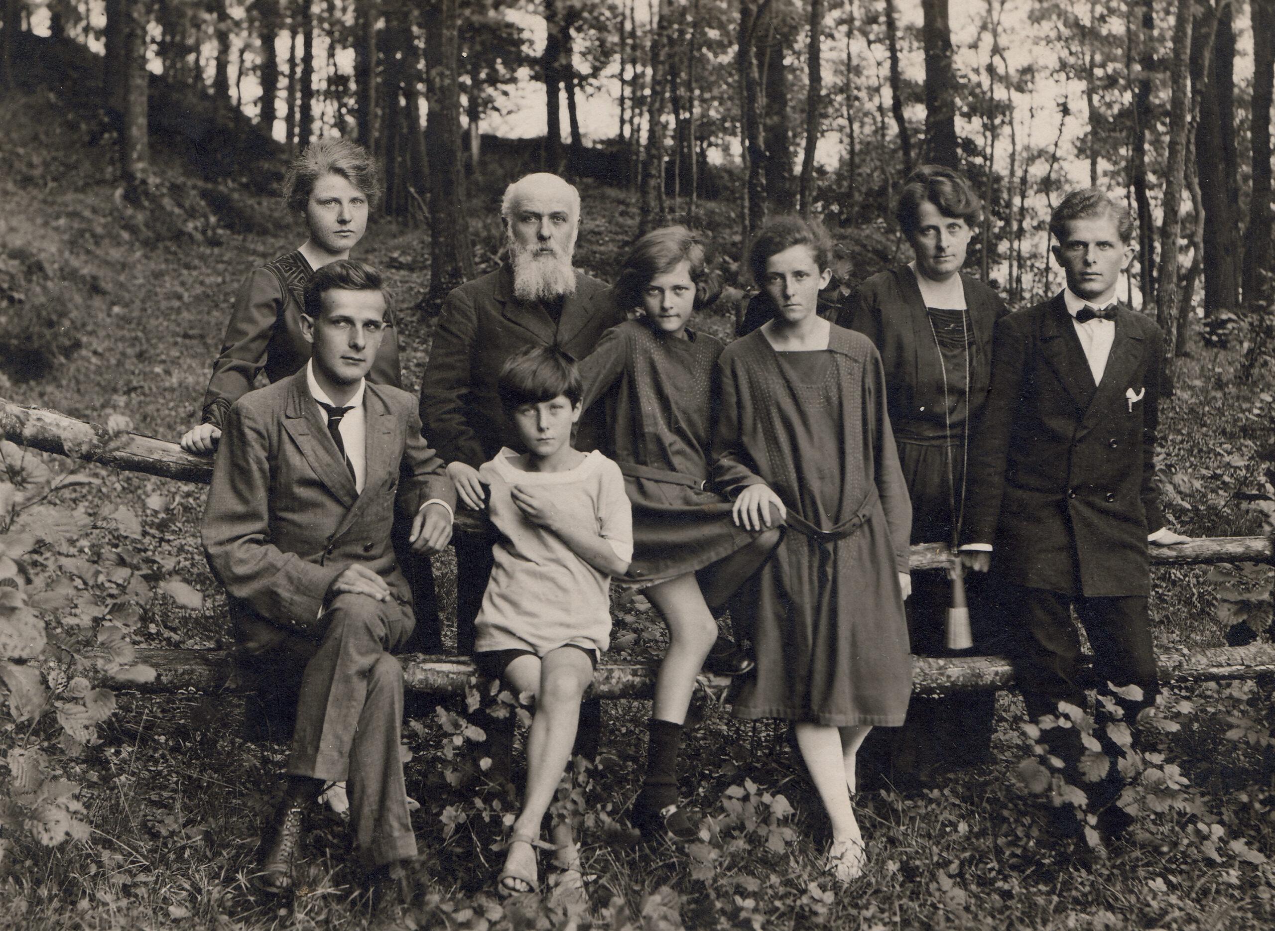 Ritratto di famiglia nel bosco della casa di Ivrea ne 1920 ca.